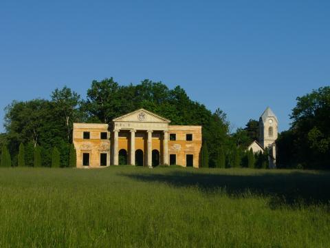 Egykori Habsburg-kastély portikusza az Alcsúti Arborétumban